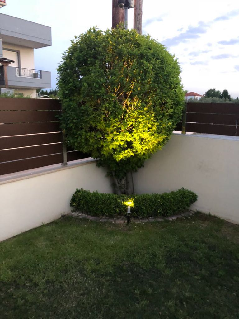 Gartengestaltung in Griechenland. Alles für den gemütlichen Sommerurlaub vorbereitet. Gartengestaltung mit Lichtambiente für den schönen Sonnenuntergang.